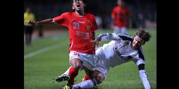 Gelandang LA Galaxy, David Beckham, melakukan tekel keras kepada Andik Virmansyah pada pertandingan persahabatan di Stadion Gelora Bung Karno, Jakarta, Rabu (30/11/2011).