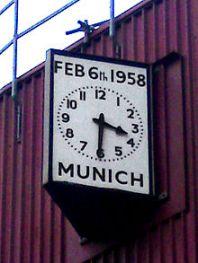 Jam Munich, di sudut tenggara di Old Trafford.